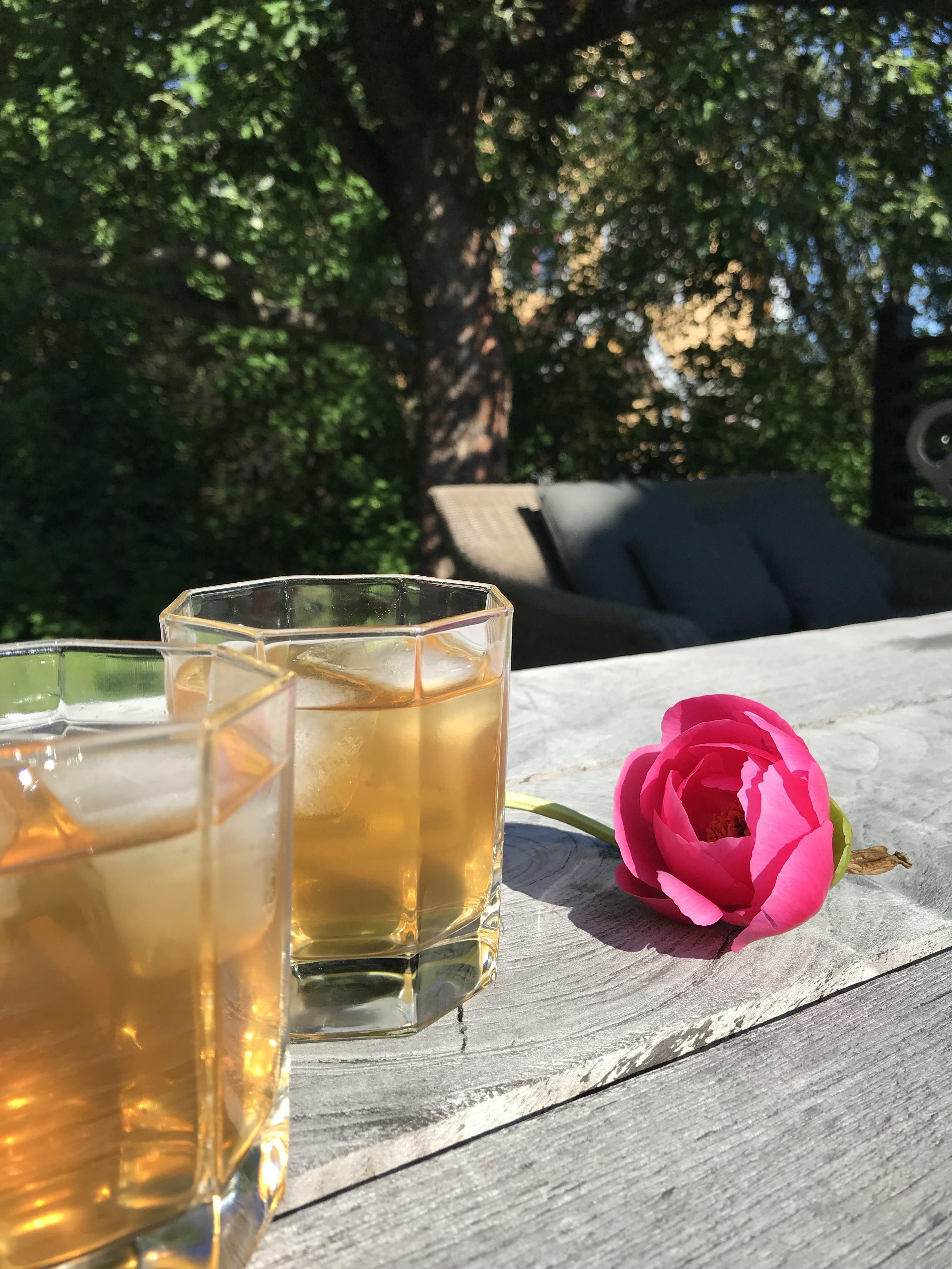 Et billede af vores te, Empiric Sky, som iste i en Gin og Tonic.