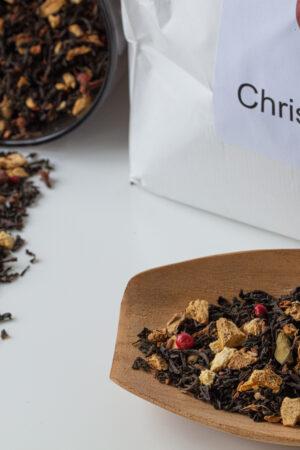 Billede af vores Jule te, som løs te, på ske og i krukke.