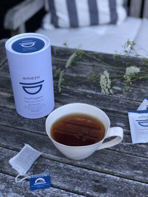 Billede af Emeyu tekop og tepose på træbord.