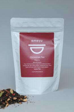 Emeyu's Christmas Tea er en økologisk krydret blanding af julens smage og på base af en god kvalitets sort te. Jule te er en hyggelig te, sød og krydret, og kan drikkes hele året rundt, hvor den kan drikkes som chai te med eller uden mælk i alle hygge stunder. Basen er lavet på økologisk sort te, økologisk ingefær, økologisk appelsinskal, økologisk stjerneanis, økologisk kardemommefrø, økologiske kryddernelliker, økologiske lyserøde peberkorn. Økologisk kvalitets te i bæredygtig emballage.