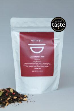 Emeyu's Christmas Tea er en økologisk krydret blanding af julens smage og på base af en god kvalitets sort te. Jule te er en hyggelig te, sød og krydret, og kan drikkes hele året rundt, hvor den kan drikkes som chai te med eller uden mælk i alle hygge stunder. Basen er lavet på økologisk sort te, økologisk ingefær, økologisk appelsinskal, økologisk stjerneanis, økologisk kardemommefrø, økologiske kryddernelliker, økologiske lyserøde peberkorn. Økologisk kvalitets te i bæredygtig emballage. Vinder af Great Taste 2019.