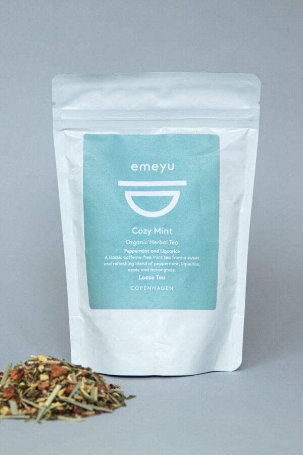 Emeyu's Cozy Mint er en økologisk urte te helt fri for koffein. Lavet på økologisk lakridsrod, økologisk pebermynte, økologiske æblestykker, økologisk citrongræs og økologisk citron myrtel. En sød, forfriskende og hyggelig urte te. Kommer i 75 gr løs vægt i en genlukkelig og bæredygtig pose.