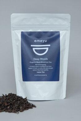 Emeyu's Deep Woods er en høj kvalitets økologisk sort 'Breakfast' te fra Assam i Indien. Fyldig og energi givende sort te, som er lækker til morgenmaden både med og uden mælk. 80 gr løs te i en genlukkelig og bæredygtig doypack pose. Rig på koffein.
