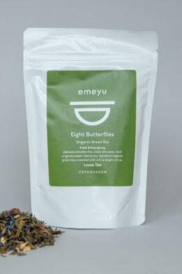 Emeyu's Eight Butterflies er vores signatur te. Det er en frisk og energigivende økologisk grøn kvalitets te med økologiske jordbær stykker, økologiske kornblomster og økologiske rosenblade i en dejlig blanding som giver en frisk, sød og eksklusiv blanding. Den kommer i 80 gr løs vægt, i en genlukkelig og bæredygtig pose. Der er koffein i grøn te.