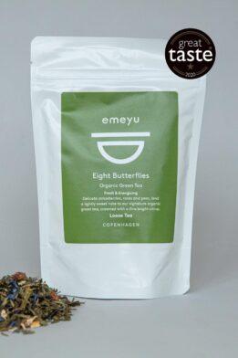 Emeyu's Eight Butterflies er vores signatur te. Det er en frisk og energigivende økologisk grøn kvalitets te med økologiske jordbær stykker, økologiske kornblomster og økologiske rosenblade i en dejlig blanding som giver en frisk, sød og eksklusiv blanding. Den kommer i 80 gr løs vægt, i en genlukkelig og bæredygtig pose. Der er koffein i grøn te. Emeyu's vinder af Great Taste 2020.