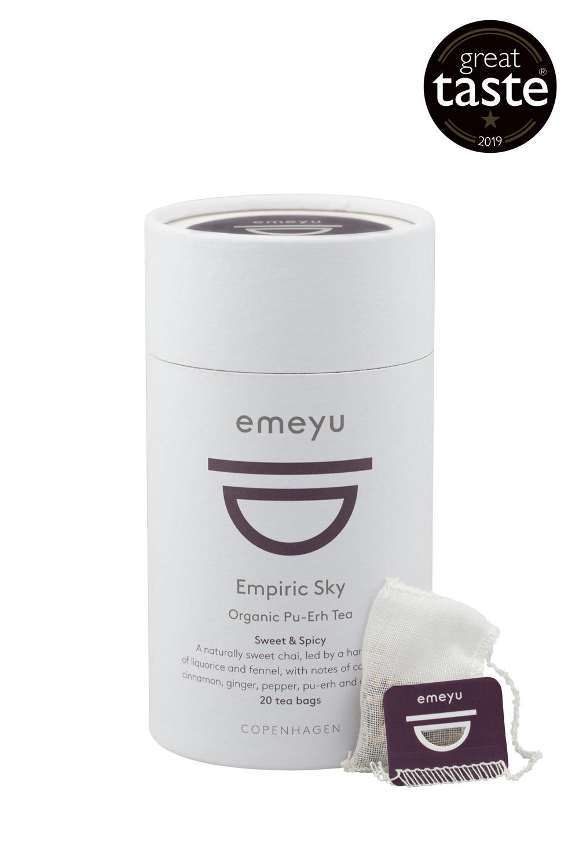 Empiric Sky økologisk Chai te med Puerh te. Lækker med eller uden mælk. Kommer i 20 bomulds teposer individuelt indpakket i cellulose foils. Kommer i 20 stk i bæredygtigt te-rør. Vinder af Great Taste 2020.