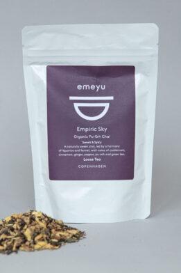 Emeyu's Empiric Sky en økologisk Chai te med PuErh fermenteret te og med smag fra økologisk lakridsrod, økologisk ingefær, økologisk pu-erh te, økologisk grøn te, økologisk fennikel, økologiske kardemommefrø, økologisk kanel, økologisk anis, økologisk grøn jasmin te og økologisk sort peber. Denne lækre, søde og krydret chai te er lav på koffein og kommer i løs vægt 80 gr i en bæredygtig og genlukkelig pose.