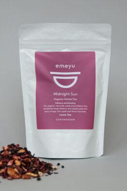 Emeyu's Midnight Sun er en lækker og frisk økologisk frugt te med økologisk hibiscus, økologisk hyldebær, økologisk appelsin skal, økologiske æblestykker og økologisk hyben skal. Fyldt med C-vitaminer som udfolder sig i den smukkeste røde farve. 80 gr økologisk sund frugt og bær te, helt uden koffein i en genlukkelig og bæredygtig pose.