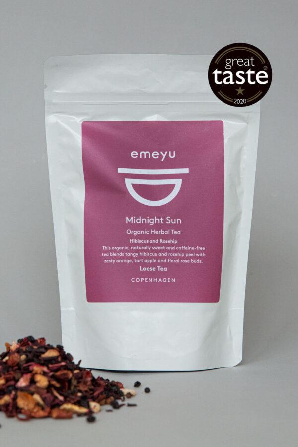 Emeyu's Midnight Sun er en lækker og frisk økologisk frugt te med økologisk hibiscus, økologisk hyldebær, økologisk appelsin skal, økologiske æblestykker og økologisk hyben skal. Fyldt med C-vitaminer som udfolder sig i den smukkeste røde farve. 80 gr økologisk sund frugt og bær te, helt uden koffein i en genlukkelig og bæredygtig pose. En af Emeyu's vinder af Great Taste 2020.