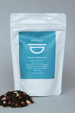 Emeyu's Nordic Reflection er højkvalitet og økologisk sort te med kvæde og appelsin. En mild og lækker morgen eller eftermiddags te. Nordic Reflection kommer i løs vægt 80 gram i en bæredygtig og genlukkelig pose.