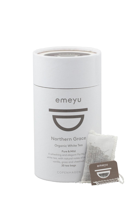 Northern Grace økologisk hvid te, Par Mu Tan, med hele blade, der folder sig ud og afgiver de gode egenskaber som bl.a. antioxidanter. Lav på koffein. Kommer i 20 bomulds teposer individuelt indpakket i cellulose foils. Kommer i 20 stk i bæredygtigt te-rør.