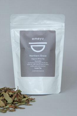 Emeyu's Northern Grace er en hel bladet økologisk hvid te af højeste kvalitet som også er kaldet Pai Mu Tan te. En ren, mild og elegant te som er fuld af antioxidanter og lav på koffein. Den løse te kommer i en genlukkelig og bæredygtig doypack pose a 40 gram hele blade.