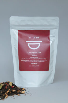 Emeyu's Christmas Tea is an organic chai tea made from organic spices and organic black tea, that can be taken with or without milk. Sweet, spicy and creamy. Hygge is the right word for when to drink this tea. The delicious blend consist of organic black tea, organic ginger, organic orange peel, organic star anise, organic cardamom pod, organic clove buds, organic pink pepper.