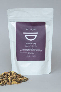 Emeyu's Empiric Sky is an organic Chai Tea with fermentated PuErh tea and with taste from organic liquorice root, organic ginger, organic pu-erh-tea, organic green tea, organic fennel, organic cardamom seed, organic cinnamon, organic anise, organic jasmine green tea, organic Black pepper loose tea 80 g in resealable and sustainable doypack bag. It is a sweet and spicy warming tea