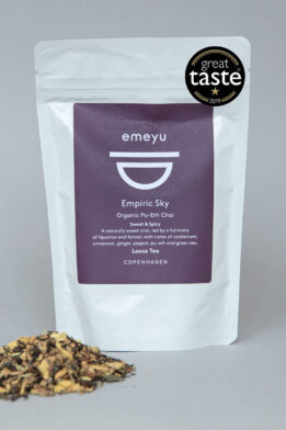 Emeyu's Empiric Sky is an organic Chai Tea with fermentated PuErh tea and with taste from organic liquorice root, organic ginger, organic pu-erh-tea, organic green tea, organic fennel, organic cardamom seed, organic cinnamon, organic anise, organic jasmine green tea, organic Black pepper loose tea 80 g in resealable and sustainable doypack bag. It is a sweet and spicy warming tea. Emeyu's winner of Great Taste 2019.